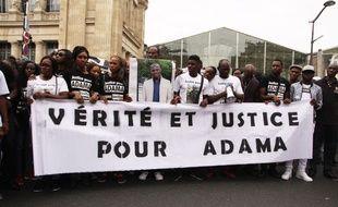 """Des manifestants réclament """"Justice et vérité"""" au sujet de la mort d'Adama Traoré, le 30 juillet 2016 à Paris."""