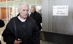 Pierre Le Guennec (g), ex-électricien de Picasso accusé de recel, arrive au tribunal correctionnel de Grasse le 10 février 2015