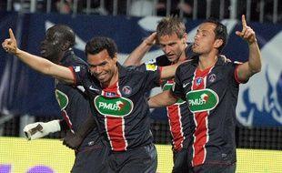 Les Parisiens Nenê et Marcos Ceara célèbrent un but lors de la victoire du Paris-SG à Angers, en Coupe de France, le 20 avril 2011