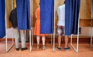 Dans un bureau de vote, le 28 juin 2020 à Bordeaux.