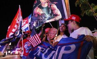 Des supporters de Trump rassemblés devant le restaurant Versailles, à Miami, en attendant les résultats, le 3 novembre 2020.