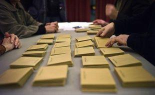 Des personnes procèdent au dépouillement des votes, le  20 mars 2011 dans un bureau de vote de Dijon, au soir du premier tour  des élections cantonales.