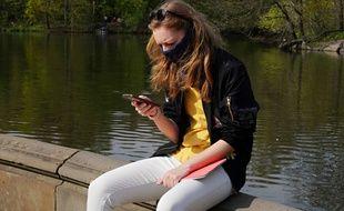 Une femme consulte son téléphone (image d'illustration).