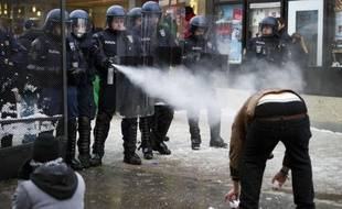 """Quelque 200 manifestants, cantonnés sur une petite place de la station alpine suisse de Davos, loin du Centre de congrès où se déroule le Forum économique mondial (WEF), ont dénoncé samedi ce rendez-vous de la finance, prônant """"la résistance à ceux qui veulent dominer le monde""""."""