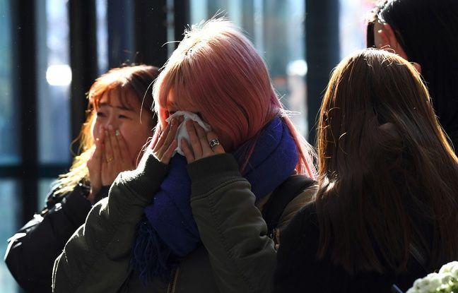 Des fans en pleurs le 19 décembre 2017 devant un hôpital de Séoul, après le suicide de la star de la K-pop Kim Jong-hyun.