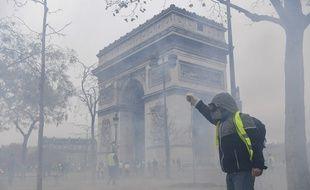 Des «gilets jaunes» ont tenté de forcer un point de contrôle sur les Champs-Elysées, au niveau de la place de l'Etoile, les forces de l'ordre ont riposté avec des gaz lacrymogènes.