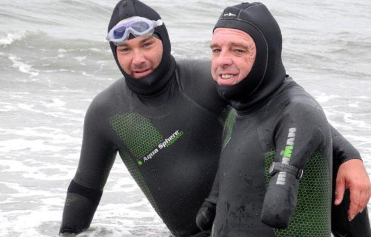 Philippe Croizon et Arnaud Chassery, qui l'a aidé durant son périple, sur une plage en Alaska le 11 août 2012. – F. FILLEUX / AFP
