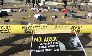 Mécontents de leurs conditions de travail, des policiers scientifiques ont reconstitué une scène de crime devant la préfecture de Lille le 12 février 2019.