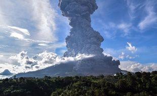 Le volcan Sinabung en pleine explosion
