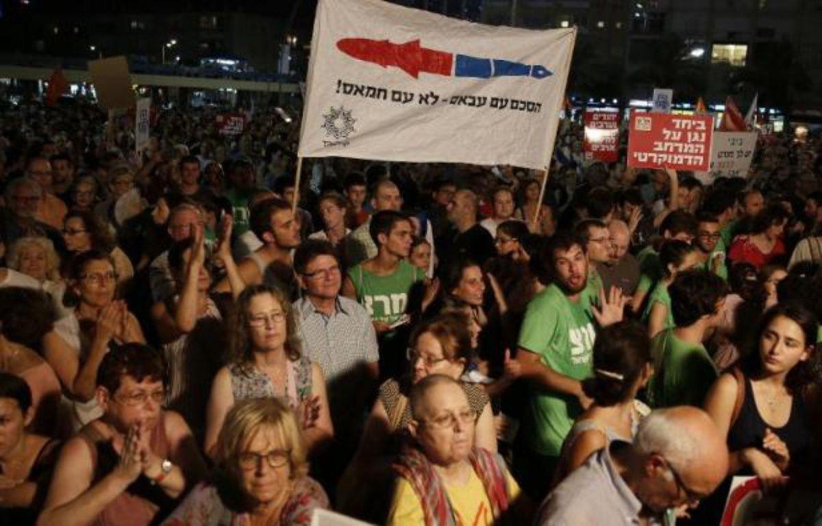 Des milliers d'Israéliens à Tel-Aviv appellent leur gouvernement à reprendre les négociations de paix avec l'Autorité palestinienne de Mahmoud Abbas le 16 août 2014 – Gali Tibbon AFP