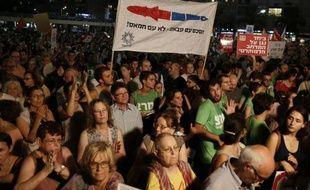 Des milliers d'Israéliens à Tel-Aviv appellent leur gouvernement à reprendre les négociations de paix avec l'Autorité palestinienne de Mahmoud Abbas le 16 août 2014