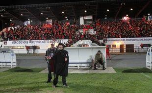Philippe Katerine et MC Circulaire devant la tribune bondée pendant le tournage du clip.