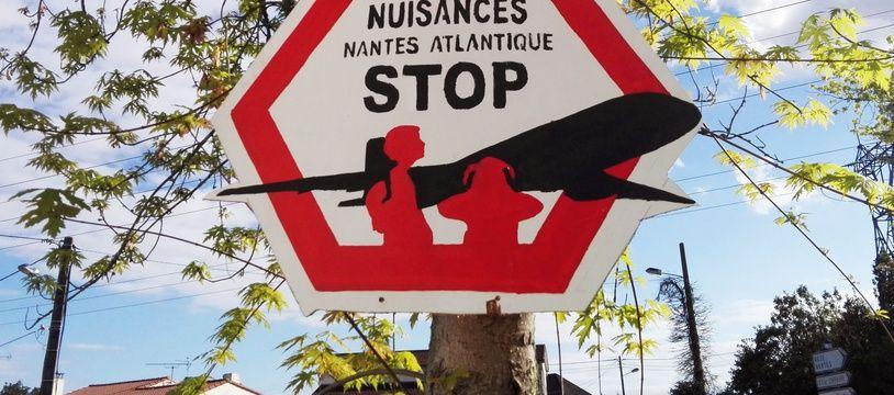A Bouguenais, un panneau de riverains exaspérés par le bruit des avions au-dessus de Nantes.