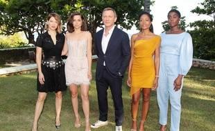 De gauche à droite, les actrices Lea Seydoux, Ana de Armas, l'acteur Daniel Craig, les actrices Naomie Harris et Lashana Lynch posent pour le photo call du nouveau «James Bond» le 25 avril  2019.