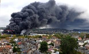 L'incendie dans l'usine à Rouen, jeudi.