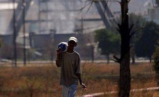 Quelque 12.000 employés d'une mine d'or sud-africaine se sont mis en grève en raison d'affrontements syndicaux, a annoncé vendredi leur employeur, le groupe Gold Fields.