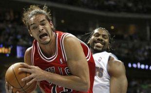 Le basketteur français des Chicago Bulls, Joakim Noah (à g.), lors d'un match contre les Denver Nuggets, le 21 novembre 2009.