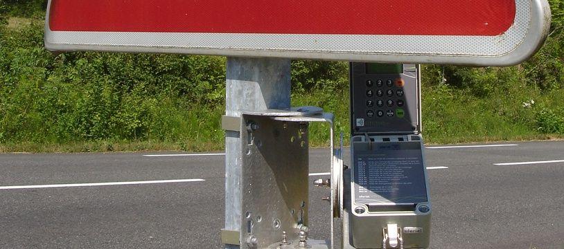 Les compteurs sont souvent placés sur des mâts de signalisation routière.