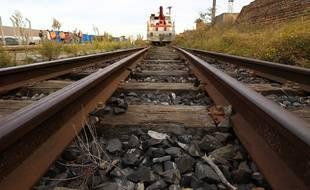 A Caen, des cheminots en grève ont déposé deux mètres de rails devant une permanence LREM (illustration).