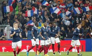 Les joueurs français viennent célébrer le but de Raphaël Varane face à la Suède, le 18 novembre 2014.