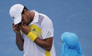Le joueur Français Jo-Wilfried Tsonga, lors d'un match à l'Open d'Australie le 17 janvier 2012 contre le Japonais Go Soeda.