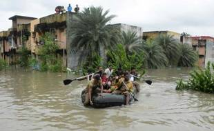 Des habitants de Chennai, en Inde, lors de leur évacuation par bateau, le 2 décembre 2015