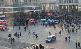 Une bagarre impliquant des dizaines de personnes a éclaté entre partisans de deux youtubeurs rivaux sur une célèbre place berlinoise.