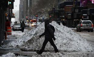 Un piéton passe devant un tas de neige dans une rue de Times Square, après une tempête de neige à New York, le 27 janvier 2015