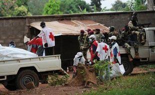 La Croix-Rouge ramasse des corps devant un camion des ex-rebelles de la Seleka, à Bangui, en Centrafrique, le 6 décembre 2013.