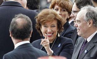 """Jean-François Copé est le """"chef naturel"""" de l'UMP, mais François Fillon est """"le mieux à même de rassembler la famille diverse"""" que représente cette formation politique, a déclaré mercredi la ministre des Solidarités, Roselyne Bachelot."""
