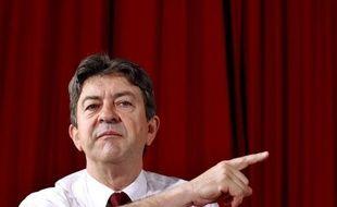"""L'ex-candidat Front de Gauche à la présidentielle Jean-Luc Mélenchon a qualifié lundi les incendiaires de gymnase ou de bibliothèque de """"crétins"""" et de """"larbins"""" de la société capitaliste."""