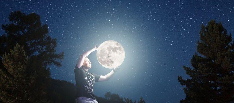 """Illustration d'un homme,  en haut d'une échelle, """"tenant"""" la lune"""