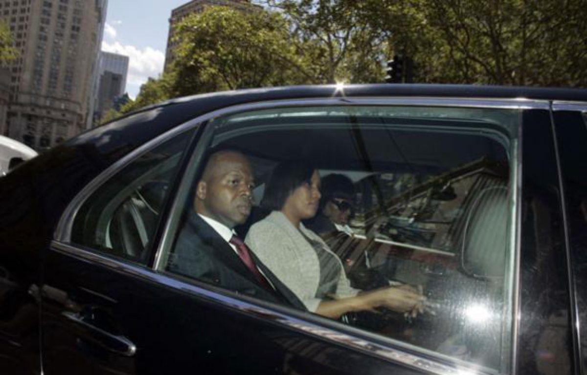Nafissatou Diallo et son avocat Kenneth Thompson quittent le tribunal de Manhattan le 22 août 2011, après une conférence de presse écourtée. – Robert Mecea/AP/SIPA