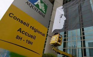 Une bannière représentant une Marianne en pleurs a été installée sur la façade de l'hôtel de région, après les attentats du 13 novembre. AFP PHOTO / JEAN-PIERRE MULLER