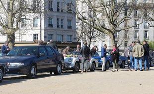 Depuis un mois, des collectionneurs de vieilles voitures se réunissent le dimanche pour protester contre les restrictions de circulation qui s'appliqueront aux voitures immatriculées avant 1997 à Paris.