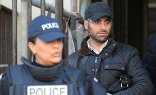 Benjamin Amsellem (d), un enseignant juif victime d'une agression antisémite, quitte le commissariat le 12 janvier 2016 à Marseille