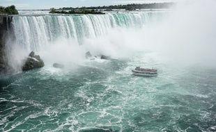 Entre le lac Érié et le lac Ontario, la rivière Niagara sépare le Canada et les États-Unis. Ses chutes sont accessibles de part et d'autre de la frontière, mais elles ne s'admirent de face que du côté canadien.