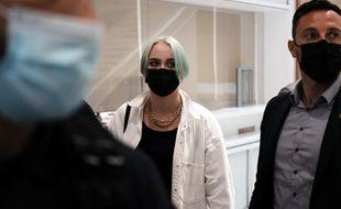 Mila, cyberharcelée et menacée de mort pour sa critique de l'islam, a fait face aux treize prévenus renvoyés devant le tribunal ce 21 juin 2021.