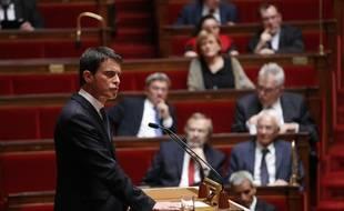 Le Premier ministre Manuel Valls (g), le 28 juin 2016 à l'Assemblée nationale à Paris