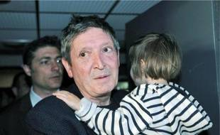 La petite Elise et son père. La mère de l'enfant l'avait kidnappée en mars dernier.
