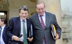 """Son principal concurrent et numéro 2 du gouvernement, le ministre de l'Ecologie, Jean-Louis Borloo, a assuré mercredi n'avoir """"pas la moindre information"""" sur les intentions de Nicolas Sarkozy concernant le remaniement, démentant avoir la veille affirmé devant des élus centristes qu'il ne serait pas nommé à Matignon."""
