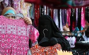 Une femme en burqa à Saint-Denis.