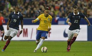Le Brésilien Neymar a été plus fort que la défense française, le 26 mars 2015, lors du match amical France - Brésil.