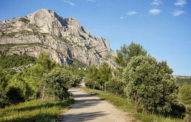 Les chemins de Roques-Hautes avancent vers la face de la montagne immortalisée par le peintre.