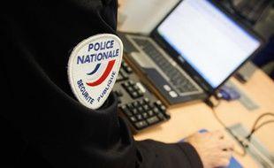 Un policier devant un ordinateur - Illustration