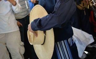 Un danseur de marinera en habit traditionnel.