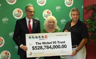 David Kaltschmidt et son épouse Maureen Smith, habitants de Floride, ont réclamé, mercredi 17 février 2016, leurs gains du « jackpot du siècle ».