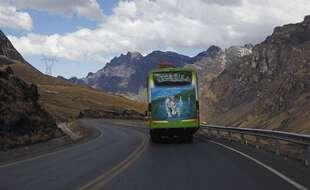 Un autocar sur les routes montagneuses de la Bolivie (illustration).