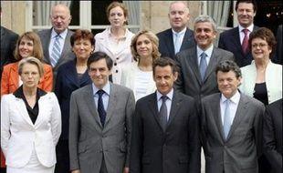Le gouvernement Fillon compte officiellement 537 conseillers dans les cabinets ministériels, dont 63 au service du Premier ministre, selon un chiffrage communiqué jeudi par Matignon alors qu'un rapport dénonce l'inflation des cabinets ministériels.