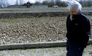 L'écrivain Jorge Semprun, de retour au camp de concentration de Buchenwald, en 1995.